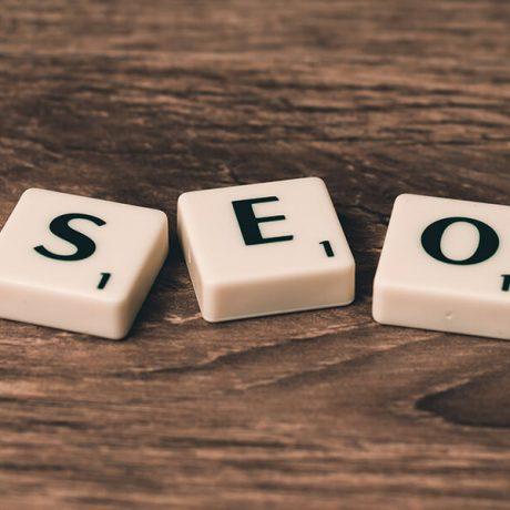 Lettres de scrabble formant le mot SEO (Search Engine Optimisation), qui signifie en fait le référencement web pour se positionner en première place dans les résultats de recherche de Google, Bing, Yahoo, etc.